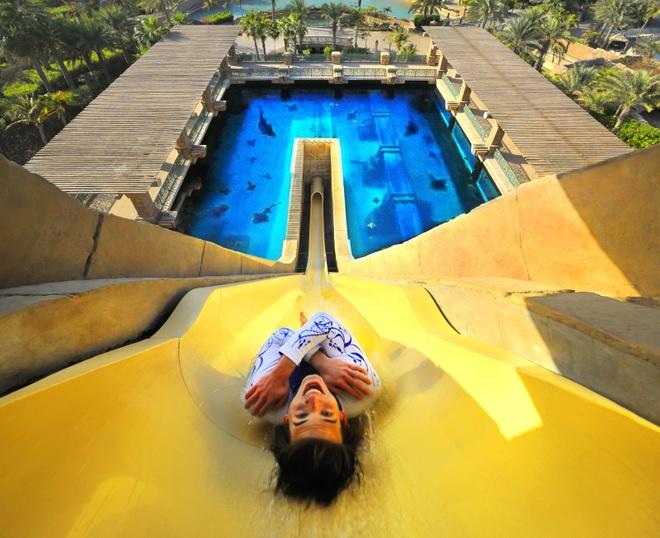 Nhung resort sang trong bac nhat Dubai hinh anh 14 Công viên nước Aquaventure với máng trượt độc đáo qua một hồ nước đầy cá mập là một trong những điểm nhấn hút khách đến với khu nghỉ dưỡng này. Ảnh: Uniqhotels.
