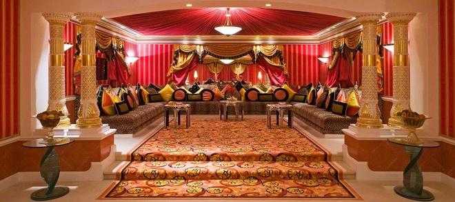Nhung resort sang trong bac nhat Dubai hinh anh 3 Phòng Hoàng Gia có 4 giường khổng lồ, với cầu thang được làm từ cẩm thạch và vàng ròng. Mỗi tầng đều có bàn tiếp tân riêng và một đội phục vụ đáp ứng mọi yêu cầu của du khách. Những người đặt phòng tại đây có thể đăng ký tour tham quan Dubai bằng Rolls Royce, thưởng thức những món ăn thượng hạng được nhập từ khắp nơi trên thế giới ở nhà hàng Mahara nằm trong khuôn viên  Burj Al Arab. Ảnh: Jumeirah.