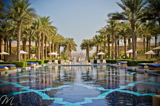Nhung resort sang trong bac nhat Dubai hinh anh 18 Bể bơi khổng lồ soi bóng những hàng cọ xinh đẹp. Ảnh: Melrish.