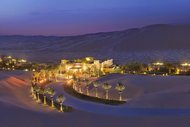 Nhung resort sang trong bac nhat Dubai hinh anh 5 Qasr Al Sarab: Nằm giữa khu Empty Quarter của sa mạc Liwa, Qasr Al Sarab như một ốc đảo xa hoa dành cho những du khách muốn trải nghiệm cuộc sống của hoàng gia, quý tộc Ả Rập. Các căn phòng được trang trí bằng các tranh khảm lộng lẫy và nội thất nạm đá quý.  Ảnh: Passion4luxury.