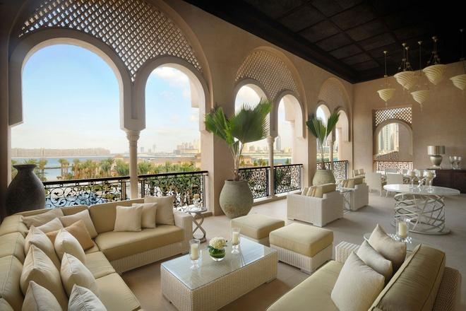 Nhung resort sang trong bac nhat Dubai hinh anh 17 64 phòng, 27 khu phòng cao cấp và 4 biệt thự cạnh biển nằm giữa khu vườn nhiệt đới xanh tươi đem lại cho du khách cảm giác thư thái, bình yên. Bạn có thể ăn tối ở 3 nhà hàng sang trọng, tận hưởng các dịch vụ ở spa.