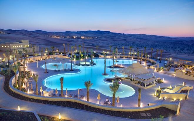 Nhung resort sang trong bac nhat Dubai hinh anh 7 Du khách có thể thưởng thức ẩm thực Trung Đông ở 4 nhà hàng của khu nghỉ dưỡng, hay đắm mình trong làn nước mát lạnh ở bể bơi, massage với các hương liệu truyền thống ở spa.