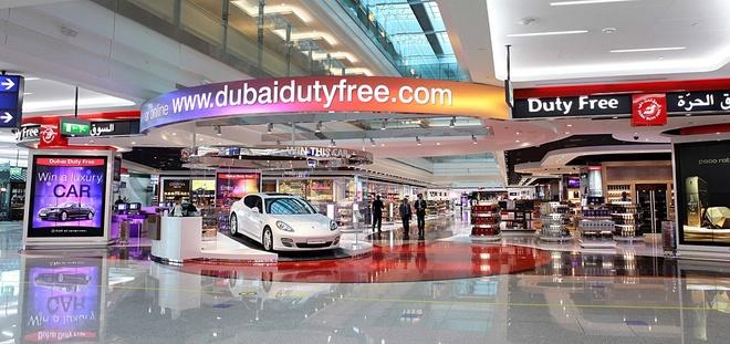 Vi sao du khach khong muon roi Dubai? hinh anh 1 Chính sách không thuế: Dù là người tới đây làm việc hay du khách, bạn sẽ được hưởng lợi từ chính sách tuyệt vời này của Dubai. Thành phố có hàng trăm cửa hàng miễn thuế giúp bạn mua được những món đồ có chất lượng tuyệt hảo với giá mềm. Nếu làm việc ở Dubai, bạn sẽ không phải đóng thuế, hưởng 30 ngày phép mỗi năm, kèm theo vé máy bay khứ hồi, bảo hiểm, nhà ở, chi phí đi lại và nhiều quyền lợi khác. Ảnh: Simonsblogpark.
