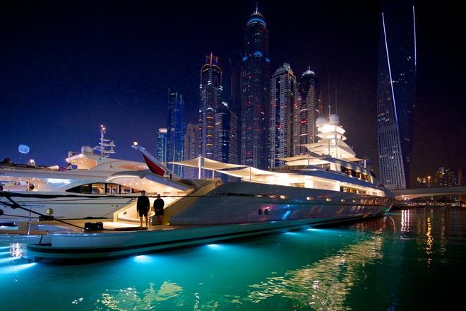 Vi sao du khach khong muon roi Dubai? hinh anh 2 Sự xa hoa: Mọi thứ ở Dubai đều được xây dựng để hướng tới một cuộc sống sang trọng, cao cấp, từ khách sạn tới siêu thị, từ đường phố tới công viên, từ phương tiện công cộng tới xe hơi. Mọi thứ đều mới mẻ, hiện đại và sạch sẽ. Bạn có thể lái một chiếc SUV đáng mơ ước, sở hữu một chiếc Porsche mà nếu ở nơi khác có lẽ sẽ là mơ ước cả đời. Thậm chí tàu điện ở đây còn có những toa sang hơn cả khoang hạng nhất của các hãng hàng không hàng đầu thế giới. Ảnh: Charterworld.