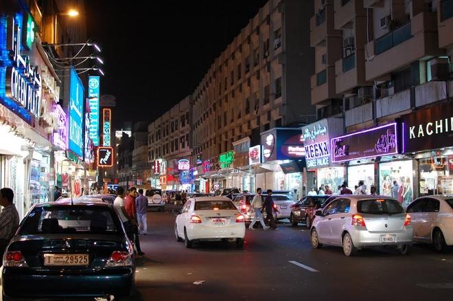 Vi sao du khach khong muon roi Dubai? hinh anh 11 An toàn: Tất nhiên không phải ở Dubai không có tội phạm, nhưng bạn có thể đi gần như bất cứ đâu trong thành phố vào lúc 3h sáng mà không sợ bị tấn công hay quấy rối, dù là nam giới hay phụ nữ. Bạn có thể để cửa phòng mở, bỏ quên laptop trên ghế ở quán cà phê mà không sợ mất. Điều này một phần là do chính sách nghiêm khắc của Các Tiểu vương quốc Ả Rập Thống nhất (UAE) với tội phạm, cũng như việc phần lớn các cư dân ở Dubai là những người tới làm việc nghiêm túc, họ không muốn gây ra bất cứ rắc rối nào có thể khiến mình bị trục xuất. Ảnh: Panoramio.