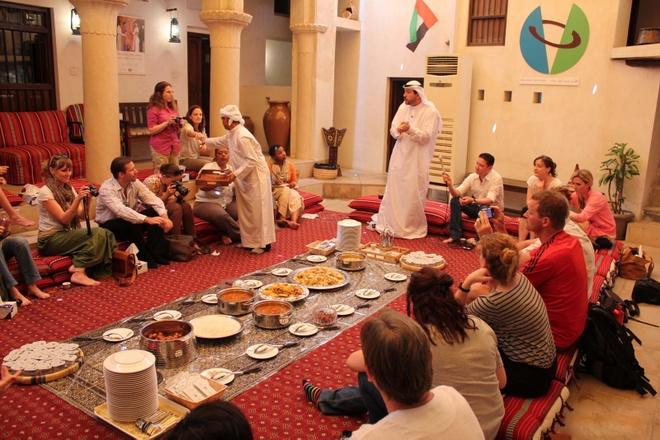 Vi sao du khach khong muon roi Dubai? hinh anh 13 Ảnh: Trải nghiệm đa văn hóa: Tại thành phố này, không có gì lạ khi 10 người ngồi cùng một bàn ăn đến từ 10 nền văn hóa khác nhau. Dubai cho bạn cơ hội gặp gỡ những người có tôn giáo và nền tảng xã hội khác biệt, giúp bạn mở rộng tầm nhìn và trở nên cởi mở hơn. Bạn sẽ có khả năng thích ứng nhanh hơn, học được điều gì là quan trọng, học cách tôn trọng các giá trị và quan điểm khác nhau.