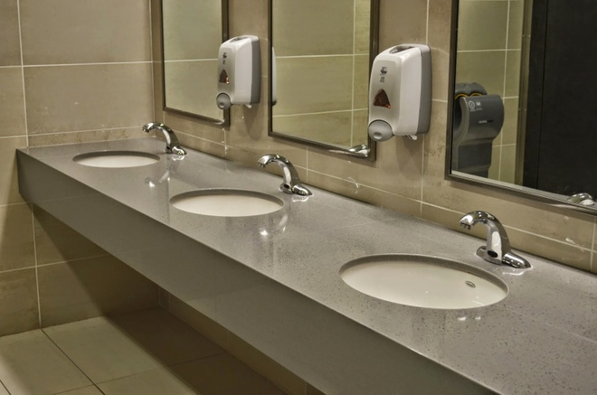 Vi sao du khach khong muon roi Dubai? hinh anh 6 Hệ thống nhà vệ sinh công cộng siêu sạch: Chính quyền thành phố luôn đảm bảo các nhà vệ sinh công cộng được sạch sẽ để đón tiếp các du khách. Bạn sẽ thấy các toilet sạch bong, đầy đủ giấy, nước rửa tay... , có nhân viên viên dọn dẹp thường xuyên.