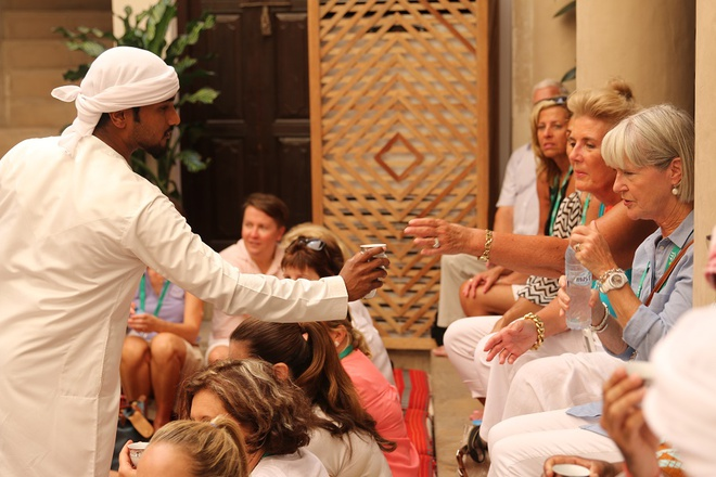 Vi sao du khach khong muon roi Dubai? hinh anh 12 Tự do: Ở Dubai, bạn có thể theo phong cách truyền thống hoặc hiện đại. Bạn có thể mặc Hijab hay quần short. Bạn có thể mặc bikini hoặc trang phục đạo Hồi trên bãi biển. Rượu được phục vụ ở khách sạn, hộp đêm, nhà hàng cho những người có nhu cầu. Bạn có thể tiến hành các nghi lễ theo tôn giáo của mình, dù là đạo Hồi, Công giáo hay đạo Phật. Chỉ cần bạn không thể hiện thái quá, không có những cử chỉ quá giới hạn nơi công cộng thì chẳng ai làm phiền bạn. Bạn có thể tự do sống theo cách mình muốn, miễn là không công khai vi phạm các truyền thống và giá trị của UAE. Ảnh: Uaeinteract.