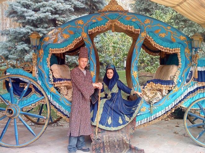Chang trai di du 198 nuoc truoc tuoi 40 hinh anh 13 Neda, một cô gái Garfors gặp ở Iran, muốn kết hôn với anh. Anh từ chối nhưng đồng ý mặc trang phục hoàng gia và chụp ảnh cùng cô.