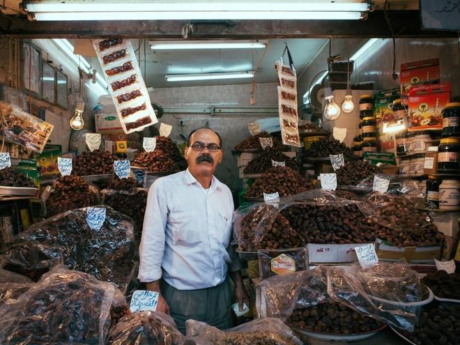 """Chang trai di du 198 nuoc truoc tuoi 40 hinh anh 14 Anh ghi lại hình ảnh một người đàn ông bán hoa quả khô ở cửa hàng trên vỉa hè Kuwait. Garfors nhận xét Kuwait là """"quốc gia tổng hòa những đặc trưng văn hóa tệ nhất: Hồi giáo cực đoan và tư bản cực đoan"""". Anh không muốn quay lại đây."""