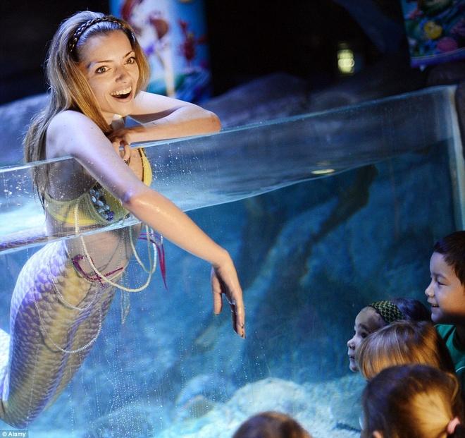 """Be ca co ca thang may ben trong hinh anh 14 Nữ diễn viên người Đức, Anne Menden, đóng vai một nàng tiên cá để quảng bá cho bộ phim """"Ariel, nàng tiên cá nhỏ""""."""