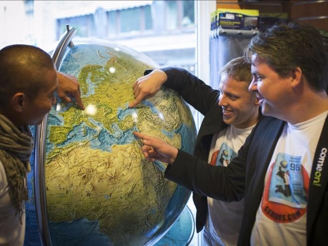 Chang trai di du 198 nuoc truoc tuoi 40 hinh anh 16 Anh cũng phá một kỷ lục thế giới khác khi đặt chân đến 19 quốc gia quanh Na Uy trong chưa tới 24 tiếng cùng các bạn đồng hành.