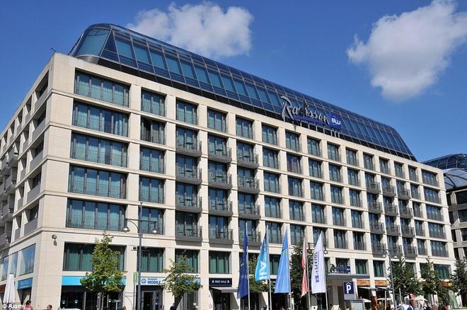 Be ca co ca thang may ben trong hinh anh 15 AquaDom và Sea Life thuộc khuôn viên khách sạn Radisson Blu ở Berlin, thủ đô nước Đức.