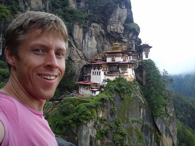 Chang trai di du 198 nuoc truoc tuoi 40 hinh anh 17 Khi ở Bhutan, Garfors đã tới chiêm ngưỡng Paro Taktsang, một tu viện Phật giáo nằm cheo leo trên vách đá thuộc dãy Himalayas.