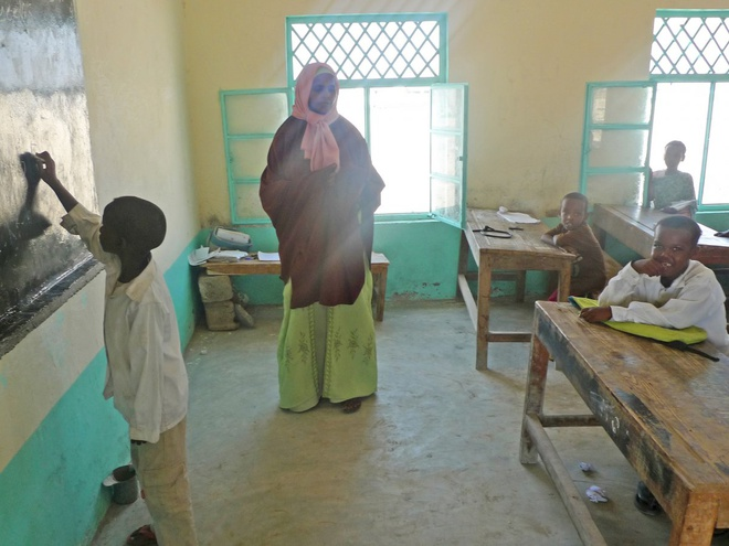 Chang trai di du 198 nuoc truoc tuoi 40 hinh anh 18 Garfors tới thăm một ngôi trường nhỏ ở Somalia. Phần lớn trẻ em ở đây chưa từng thấy người nước ngoài, nhiều em đã chạm vào Garfors để chắc chắn anh có thật.