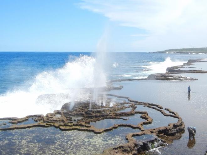 Chang trai di du 198 nuoc truoc tuoi 40 hinh anh 19 Anh đã may mắn được quan sát các lỗ phụt nổi tiếng ở Tonga. Anh cho biết các con sóng đẩy nước qua các kênh ngầm nhỏ, tạo ra hiệu ứng nước phun trên mặt đất.
