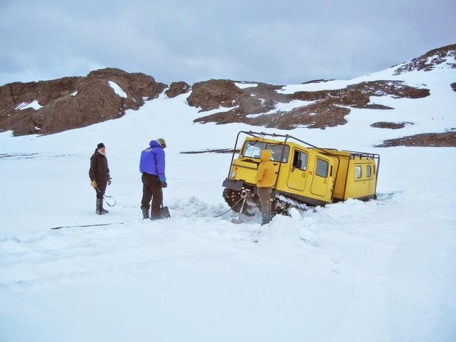 """Chang trai di du 198 nuoc truoc tuoi 40 hinh anh 6 Trong lúc tới thăm Nam Cực, Garfors và hướng dẫn viên mắc kẹt giữa băng. Hướng dẫn viên của anh đã rút một chiếc Nokia """"cổ lỗ sĩ"""" ra gọi trợ giúp và bảo: """"Ở Nam Cực mọi người rất đoàn kết. Nơi này giống như một Liên Hiệp Quốc thu nhỏ, mọi người giúp đỡ lẫn nhau""""."""