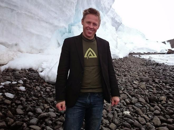 Chang trai di du 198 nuoc truoc tuoi 40 hinh anh 7 Garfors luôn đem theo áo vest, ngay cả khi tới Nam Cực. Anh cho biết túi trong là nơi anh để những thứ thiết yếu nhất, như hộ chiếu, điện thoại, ví... Chiếc áo vest giúp anh được phục vụ tốt hơn ở hầu hết mọi nơi.