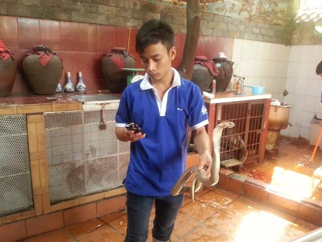 Chang trai di du 198 nuoc truoc tuoi 40 hinh anh 5 Anh đã tới Việt Nam và thưởng thức món đặc sản thịt rắn. Nhân viên phục vụ đã kiên nhẫn giữ con rắn cho anh chụp ảnh.