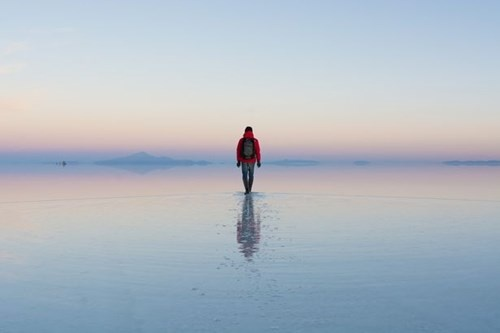 Nguoi 'di tren mat nuoc' o dong muoi hinh anh 1 Salar de Uyuni là tên của cánh đồng muối lớn nhất thế giới nằm tại Bolivia. Đồng muối cạn này có diện tích 10582 km² và nằm gần dãy Andes.
