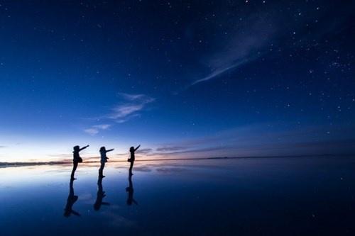 Nguoi 'di tren mat nuoc' o dong muoi hinh anh 4 Những bức ảnh này được chụp lại bởi Hideki Mizuta (29 tuổi, đến từ Nhật Bản) và khiến người xem có cảm giác như những người trong ảnh đang đi trên mặt nước.