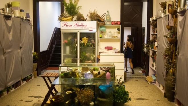 Nhung quan bar o Thuong Hai tim moi mat moi thay loi vao hinh anh 10 El Ocho: Quán bar El Ocho có chung lối vào với một hàng hoa, khá tiện nếu bạn quên mua hoa cho bạn hẹn của mình.