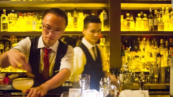 """Nhung quan bar o Thuong Hai tim moi mat moi thay loi vao hinh anh 11 Hiker Yao, 24 tuổi, một trong 5 nhân viên pha chế ở El Ocho, đang chuẩn bị một cốc Corpse of Old Tom. Trưởng nhóm pha chế là Kaoru """"TK"""" Takii."""