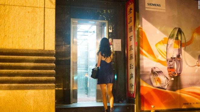 Nhung quan bar o Thuong Hai tim moi mat moi thay loi vao hinh anh 13 Tailor Bar: Cửa vào Tailor Bar là một thang máy không có gì nổi bật nằm cạnh một hiệu thuốc bắc.
