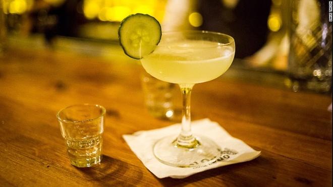 Nhung quan bar o Thuong Hai tim moi mat moi thay loi vao hinh anh 12 Loại cocktail nổi tiếng của quán được pha chế từ rượu gin, chanh tươi, rượu vỏ cam và rượu absinth.