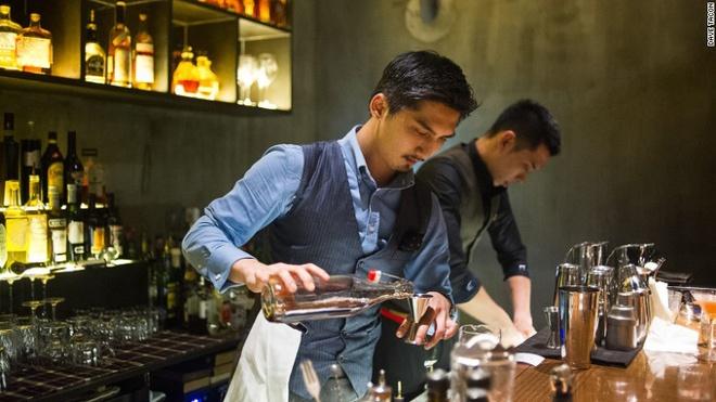 Nhung quan bar o Thuong Hai tim moi mat moi thay loi vao hinh anh 2 Anh Allan Hsu, 29 tuổi, là người pha chế chính ở Flask. Chủ quán là người Đài Loan.