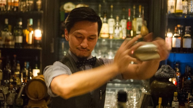 """Nhung quan bar o Thuong Hai tim moi mat moi thay loi vao hinh anh 6 Quản lý quán là """"đệ tử"""" của Gokan, Atsushi Suzuki."""