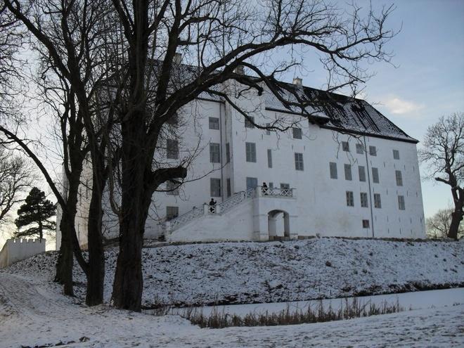 Lâu đài Dragsholm, Đan Mạch: Đây là một trong những nơi ma ám nổi tiếng nhất châu Âu. Được xây dựng vào thế kỷ 12 bởi Peder Sunesen - giám mục Roskilde, ban đầu đây là nơi ở của các quý tộc có vị trí quan trọng. Tuy nhiên, sau này lâu đài trở thành một nhà tù. Ngày nay, lâu đài là một khách sạn, với các phòng hội thảo, hai nhà hàng và... 100 hồn ma. Trong số đó có những hồn ma nổi tiếng được nhiều người biết đến.