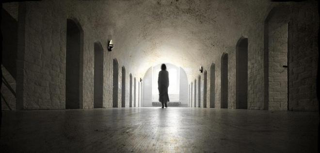 Một hồn ma nổi tiếng khác là Quý cô Trắng. Tên thật của nàng là Celina Bovles. Bovles đã đem lòng yêu một thường dân và có mang. Khi cha nàng phát hiện ra, ông đã tống Bovles vào ngục. Các công nhân tìm thấy hài cốt của nàng trong một bức tường của lâu đài vào những năm 1930. Hồn ma của nàng vẫn lang thang quanh lâu đài, tìm kiếm người tình và đôi khi than khóc trong sầu thảm.