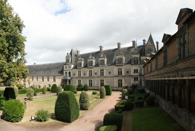 Château de Châteaubriant, Pháp: Lâu đài cổ xưa này được xây dựng từ thế kỷ 11 và những tin đồn về hồn ma xuất hiện từ thế kỷ 16, sau cái chết của Françoise de Foix - vợ Jean de Laval. De Laval được triệu tới gặp Vua Francis I và đã đưa vợ theo. Françoise nhanh chóng trở thành người thân cận của hoàng hậu và cũng là người tình của đức vua.