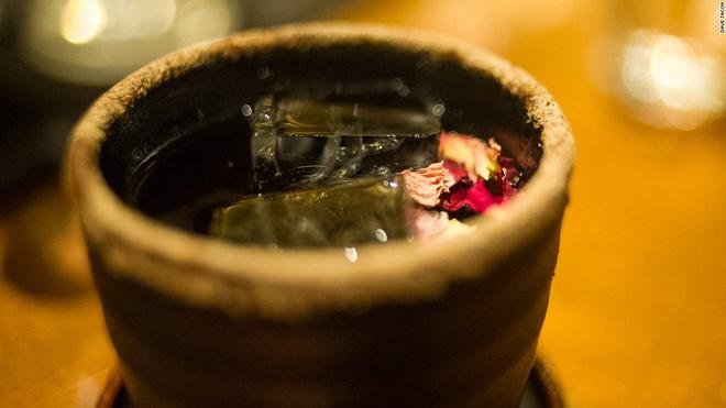 Nhung quan bar o Thuong Hai tim moi mat moi thay loi vao hinh anh 3 Món đồ uống nổi tiếng nhất của quán là Nước Mận Đài Loan, được pha chế từ nhiều nguyên liệu như rượu rum Zacapa, nước ép nhãn, rượu mận Prucia, rượu hoa mận ngọt, hoa cúc khô...