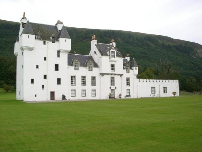 Lâu đài Meggernie Castle, Scotland: Được xây dựng vào thế kỷ 17, lâu đài này có một hồn ma khá vô hại, nếu không muốn nói là tinh nghịch: cô xuất hiện trước các vị khách và hôn trộm những người đàn ông đang ngủ.