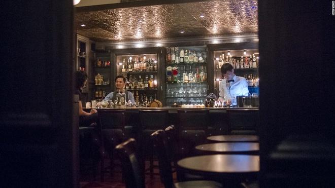 Nhung quan bar o Thuong Hai tim moi mat moi thay loi vao hinh anh 4 Speak Low: Speak Low là đứa con tinh thần của Shingo Gokan, người sáng lập quán Angel's Share nổi tiếng ở New York, Mỹ. Quán bar này ẩn sau một giá sách trong quán chuyên bán dụng cụ pha chế.