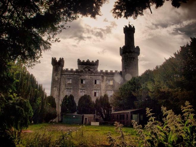 Lâu đài Charleville, Ireland: Bá tước đời thứ nhất của xứ Charville, Charles William Bury, tiếp quản lâu đài vào năm 1798. Hồn ma nổi tiếng nhất ở Charleville là con gái Bá tước, một cô bé 8 tuổi tên Harriet.