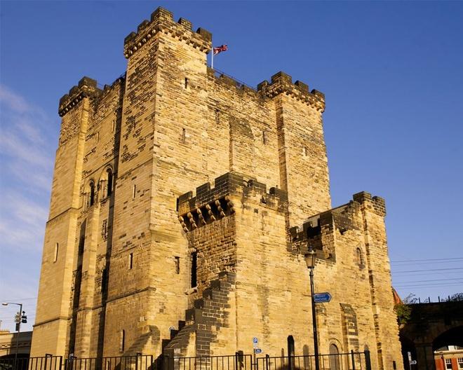 Lâu đài Keep, Anh: Đây là một trong những công trình cổ nhất Newcastle, được xây dựng từ năm 1080. Từ thế kỷ 17, lâu đài trở thành một nhà tù khét tiếng với điều kiện tồi tệ và vị trí gần với Cổng Đen (Black Gate), địa điểm thi hành án tử hình chính vào thế kỷ 18.