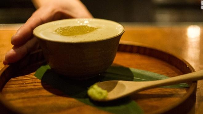 """Nhung quan bar o Thuong Hai tim moi mat moi thay loi vao hinh anh 7 Món sở trường của Suzuki có tên """"Spirited Away"""", một loại cocktail từ rượu gin, rượu vermuth, mứt cam và một thìa wasabi nghiền."""