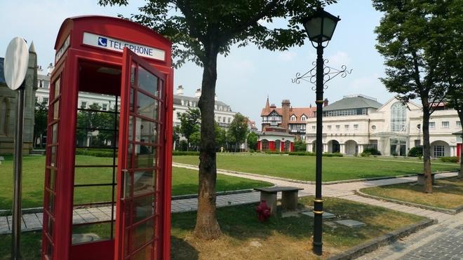 Nhung thi tran ky la nhat hanh tinh hinh anh 1 Thị trấn Thames, Trung Quốc: Trong dự án nhà ở năm 2001, Trung Quốc đã cho xây dựng những thị trấn theo phong cách châu Âu. Trong đó, thị trấn Thames mô phỏng nước Anh, với một nhà thờ, các quán rượu, buồng điện thoại màu đỏ và các con phố rải sỏi.