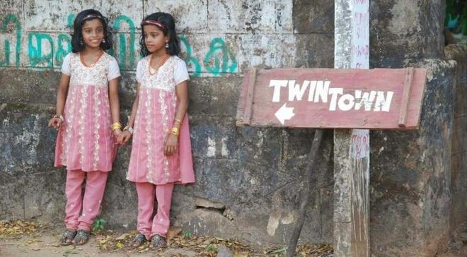 Nhung thi tran ky la nhat hanh tinh hinh anh 2 Thị trấn sinh đôi Kodinhi, Ấn Độ: Ấn Độ là một trong những quốc gia có tỉ lệ sinh đôi thấp nhất thế giới, do đó làng Kodinhi với 220 cặp sinh đôi trên 2.000 gia đình trở thành một trường hợp hiếm có. Nguyên nhân đến nay vẫn chưa được làm rõ.