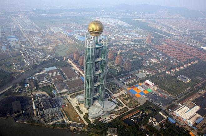 """Nhung thi tran ky la nhat hanh tinh hinh anh 4 Huaxi, """"Ngôi làng giàu nhất Trung Quốc"""": Với chiều cao 329 m, Zengdi Kongzhong New Village là tòa nhà cao thứ 59 thế giới, nằm ở làng Huaxi, phía đông thành phố Giang Âm. Đây được mệnh danh là """"ngôi làng giàu nhất Trung Quốc"""", với nguồn thu chủ yếu từ khai thác sắt và công nghiệp dệt. Tất cả người dân ở đây đều được hưởng chăm sóc y tế miễn phí, người trưởng thành được nhận xe hơi, nhà cửa và cổ phần."""