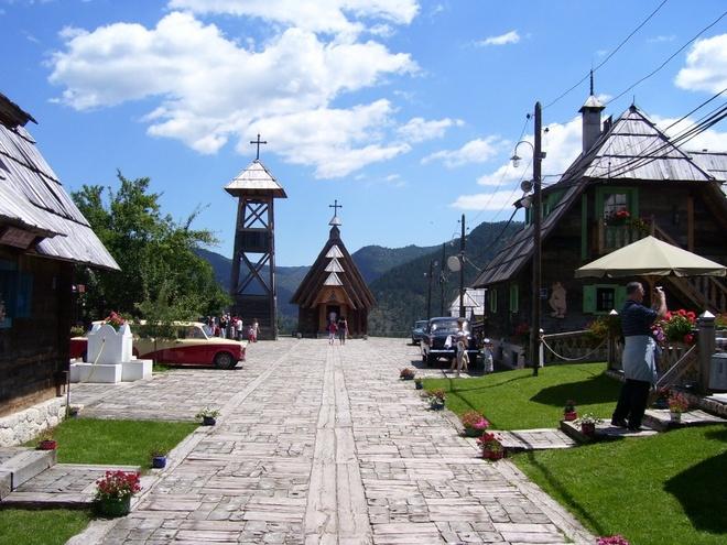"""Nhung thi tran ky la nhat hanh tinh hinh anh 5 Làng phim trường Drvengrad, Bosnia: Tới đây, du khách sẽ nhận ra những đạo cụ ấn tượng trong nhiều loạt phim nổi tiếng như con đường gỗ dài 90 m của Boardwalk Empire. Đạo diễn Emir Kusturica của Life Is a Miracle đã dựng một ngôi làng truyền thống và mở cửa đón những tâm hồn sáng tạo sau khi quay phim xong. """"Làng nghệ sĩ"""" này có thư viện, phòng tranh, rạp phim, sân thể thao, nhà thờ và nhiều công trình đặc biệt khác. Đây cũng là nơi tổ chức liên hoan phim và âm nhạc Küstendorf thường niên."""