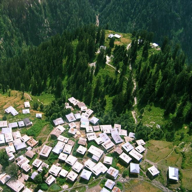Nhung thi tran ky la nhat hanh tinh hinh anh 6 Malana, Ấn Độ: Ngôi làng Malana nằm trên dãy núi Himachal Pradesh tách biệt với thế giới bên ngoài suốt nhiều thế kỷ. Không có luật lệ, hội đồng hay cảnh sát, 1.500 dân làng sống hòa hợp. Bắt đầu đón khách du lịch từ năm 2009, ngôi làng đã đề ra các luật lệ nghiêm khắc cho du khách. Để tránh làm thần Jamlu bảo vệ làng tức giận, du khách không được chạm vào tường nhà, người ân hay thức ăn của họ. Dân làng sống nhờ chăn dê và cừu, ngoài ra còn nổi tiếng với thuốc lá chất lượng cao Malana Cream.