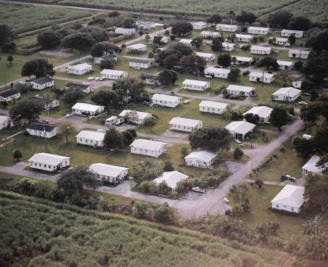 Nhung thi tran ky la nhat hanh tinh hinh anh 7 Làng Miracle, Florida, Mỹ: Các cư dân của thị trấn nhỏ nằm ở ngoại ô Pahokee có có chung một đặc điểm - là những người từng phạm tội tình dục. Theo luật của bang Florida, tội phạm tình dục không được phép tới gần vị thành niên hay nơi nhiều trẻ em trong vòng 300 m (như trường học, công viên, trạm dừng xe bus). Điều đó khiến họ khó tìm được nhà. Năm 2009, một cha xứ đã lập ra cộng đồng này để giúp họ có nơi sinh sống. Nơi này có các luật lệ nghiêm khắc và không tiếp nhận những người có tiền sử bạo lực, nghiện ma túy hay phạm tội ấu dâm.