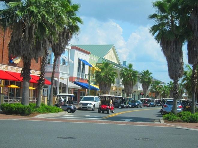 """Nhung thi tran ky la nhat hanh tinh hinh anh 9 """"Công viên Disney cho người về hưu"""", Florida, Mỹ: Ngôi làng nằm ở bang Florida này là cộng đồng hưu trí lớn nhất thế giới, với số lượng lên tới hơn 100.000 người. Không ai dưới 19 tuổi được phép định cư ở đây, trẻ em chỉ được tới khoảng 30 ngày mỗi năm. Tuy nhiên, cuộc sống ở đây không bình yên như nhiều người tưởng, thường xuyên có các tin tức như say rượu lái xe golf, """"vui vẻ"""" nơi công cộng, sử dụng ma túy bất hợp pháp và đánh nhau trong quán bar."""