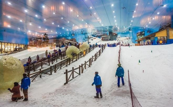 10 noi o Dubai moi du khach deu uoc ao duoc toi hinh anh 1 Ski Dubai: Bạn thích trượt tuyết? Tin xấu là Dubai được xây dựng trên sa mạc. Tuy nhiên, đây là thành phố của các đại gia, tất nhiên là họ có khu trượt tuyết khổng lồ trong nhà. Nằm trong khuôn viên siêu thị Mall of the Emirates, khu trượt tuyết này có cả sườn núi dốc, cáp treo phục vụ du khách.
