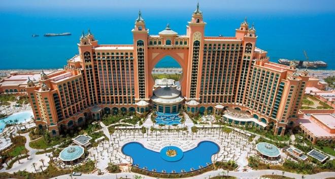 10 noi o Dubai moi du khach deu uoc ao duoc toi hinh anh 5 Khách sạn Atlantis: Một trong những ấn tượng của du khách về Dubai là dường như ở thành phố này, không gì là không thể. Muốn có khu trượt tuyết, họ xây núi tuyết, muốn có khu nghỉ dưỡng trên đảo, họ xây một hòn đảo. Khu khách sạn và nghỉ dưỡng Atlantis khổng lồ với hơn 1.500 phòng,  18 nhà hàng, 2 bể bơi khổng lồ, spa, phòng tập, công viên nước và bể thủy sinh có tới 65.000 động vật biển.