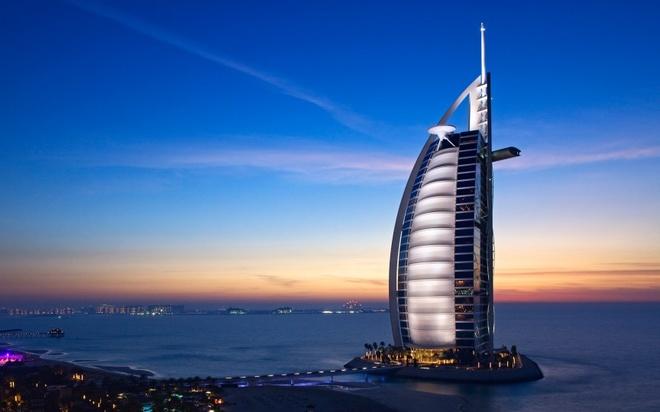 10 noi o Dubai moi du khach deu uoc ao duoc toi hinh anh 6 Burj Al Arab: Được nghỉ một đêm tại khách sạn 7 sao duy nhất trên thế giới này sẽ đem lại cho du khách những trải nghiệm khó quên. Ngoài căn phòng sang trọng nhìn ra biển, du khách còn được sử dụng iPad dát vàng và đi tour thành phố bằng Rolls Royce.